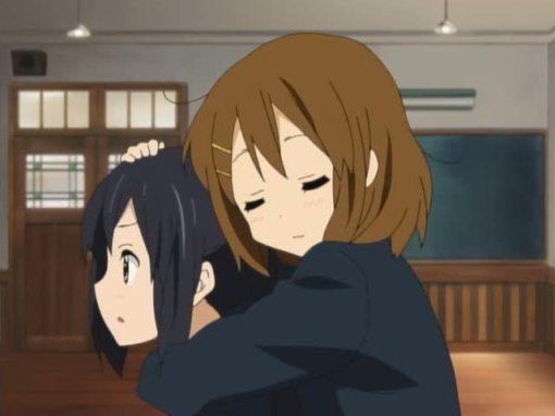 Yui hugging Azusa 001