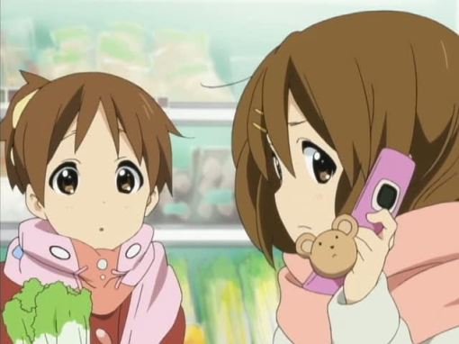 Yui taking Azu-nyan's call